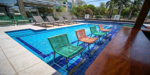 Bar junto à piscina.